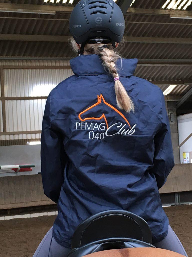 Wetterfest und schick – die PEMAG Ü40 Club-Windjacke überzeugt in stilvollem Dunkelblau. Foto: Privat
