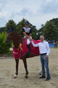 Jacques van den Boom gratuliert Lina Renström zu ihrem Sieg in der Quali zum PAVO-Jungpferde-Cup mit Welkom.