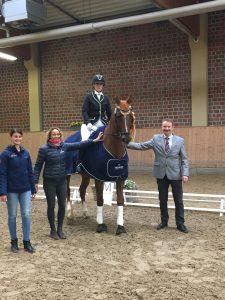 Nathalie Schipp, Sarah Schroer und Georg van den Boom gratulierten der Dressursiegerin Jennifer Breiter mit Picco's Dream. Foto: privat
