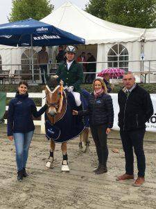 Nathalie Schipp (PEMAG), Sarah Schroer (Höveler) und Richter Heiner Krins freuten sich mit Frank Menke, der mit seinem Nordfalke den Höveler Ü40 - Cup Springen gewinnen konnte. Foto: privat