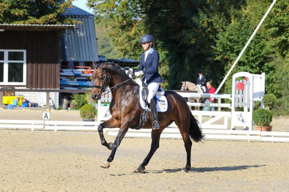 Miriam Becher kann nicht nur auf eine erfolgreiche Dressurkarriere mit zahlreichen Grand Prix-Siegen zurückblicken, sie ist auch die Geschäftsführerin der auf Nachhaltigkeit und Qualität ausgerichteten Firma Twohearts Equestrian. Foto: Sebastian Marx