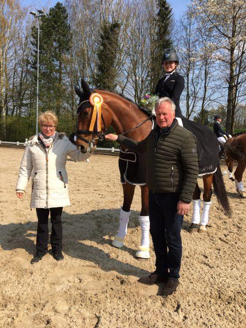 Die Richterin Andrea Schmittert und Turnierveranstalter Diethelm Löckenhoff gratulieren der Siegerin Anna Leandra Timm. Foto: Privat