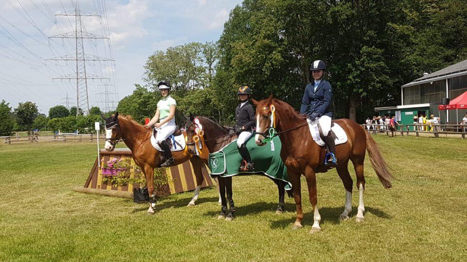 Neben Sieger Neil Hoffmann (Mitte) freuten sich auch Lena Nattkamp auf James Bond (links) und Lina Gesa Völke mit Pluspunkt (rechts) über vordere Platzierungen. Fotos: privat