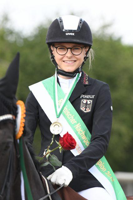 Marlene Usbeck und Adriano sicherten sich die Goldmedaille im Nicole Uphoff Nachwuchschampionat Dressur Junioren powered by EQUIVA. Foto: Nilkens